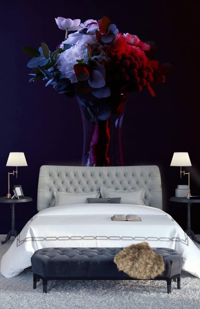 5148d209ab68c fotobehang van een vaas met bloemen op een donkere achtergrond