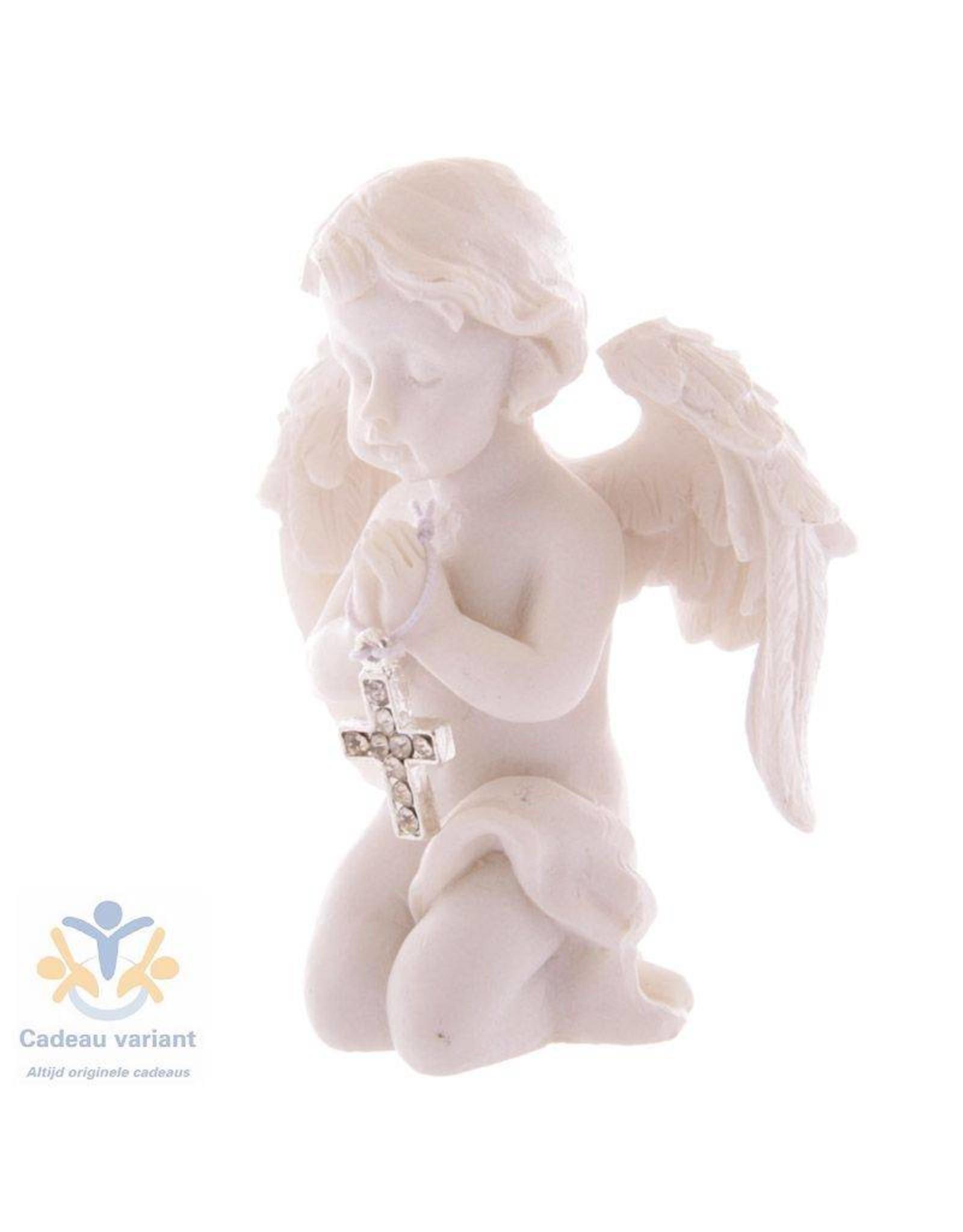 Engel knielend met kruis