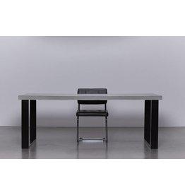 Betonnen tafel met zwart stalen onderstel
