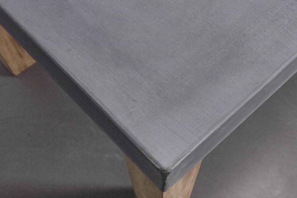 Betonnen tafel met hardhouten poten