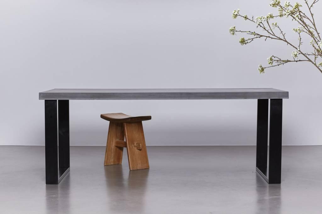 Betonnen tafel met blauwstaal onderstel
