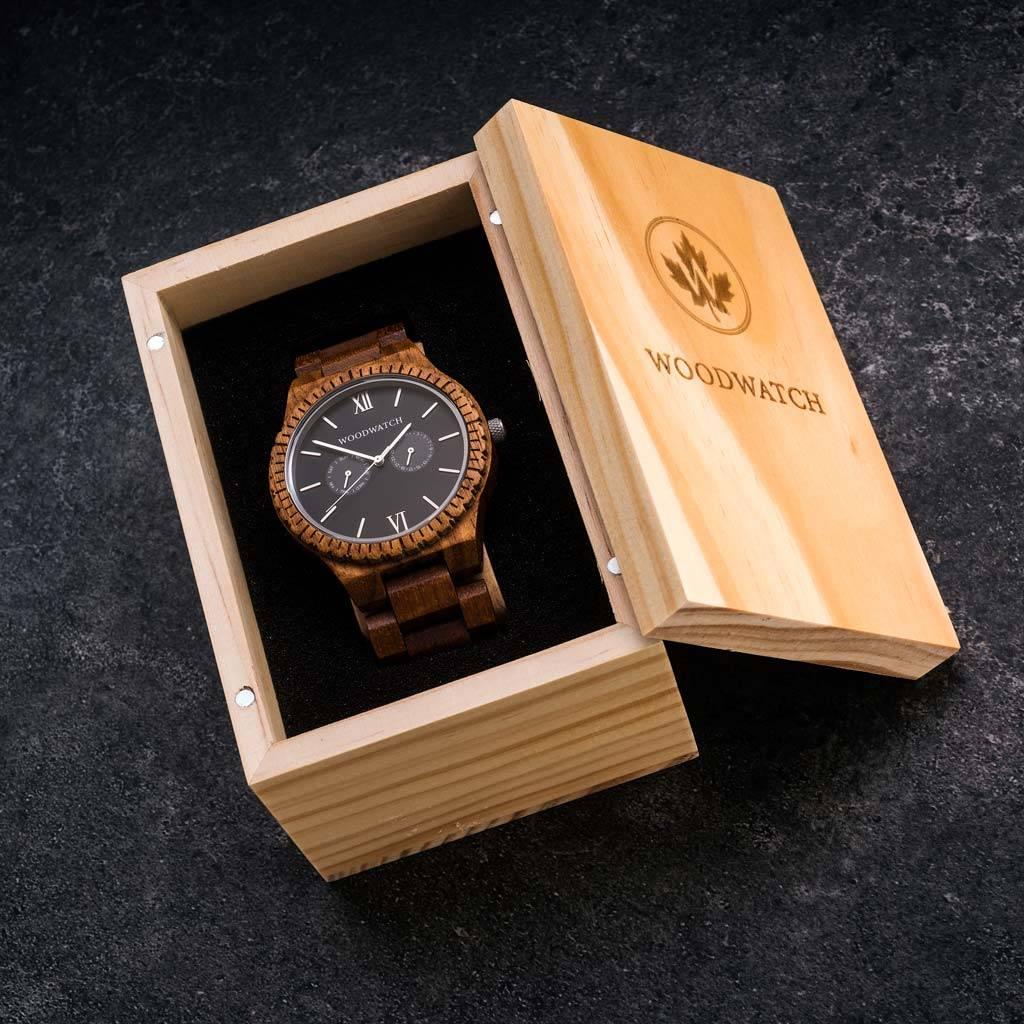 Diese Premium-Uhr kombiniert einzigartige neue Holzarten mit luxuriösen Edelstahl-Zifferblatt und -Gehäuseboden. Im Mittelpunkt der Uhr steht ein komplett neues Multifunktionswerk mit zwei zusätzlichen Hilfsziffern mit Wochen- und Monatsanzeige. Das GRAND