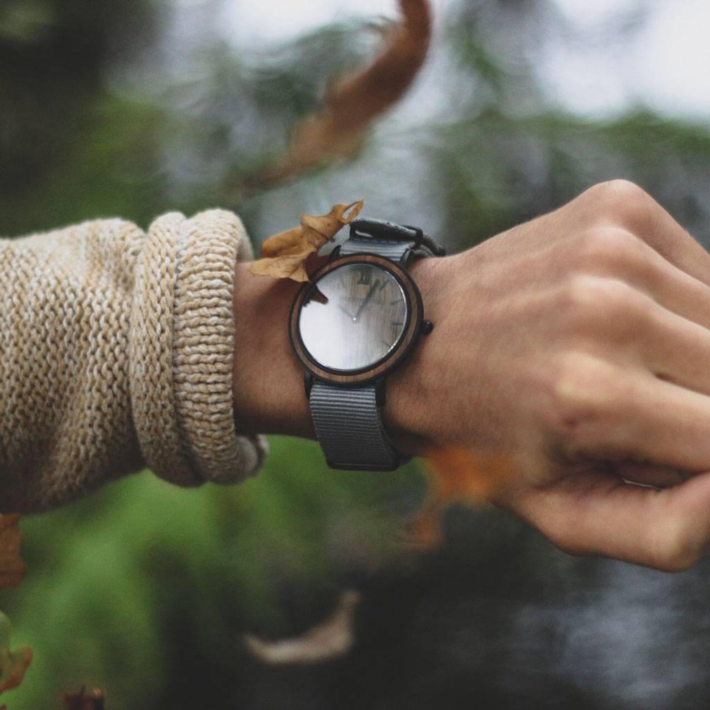woodwatch mannen houten horloge minimal collectie 40 mm diameter brown walnut graphite walnoot hout grijs nylon band