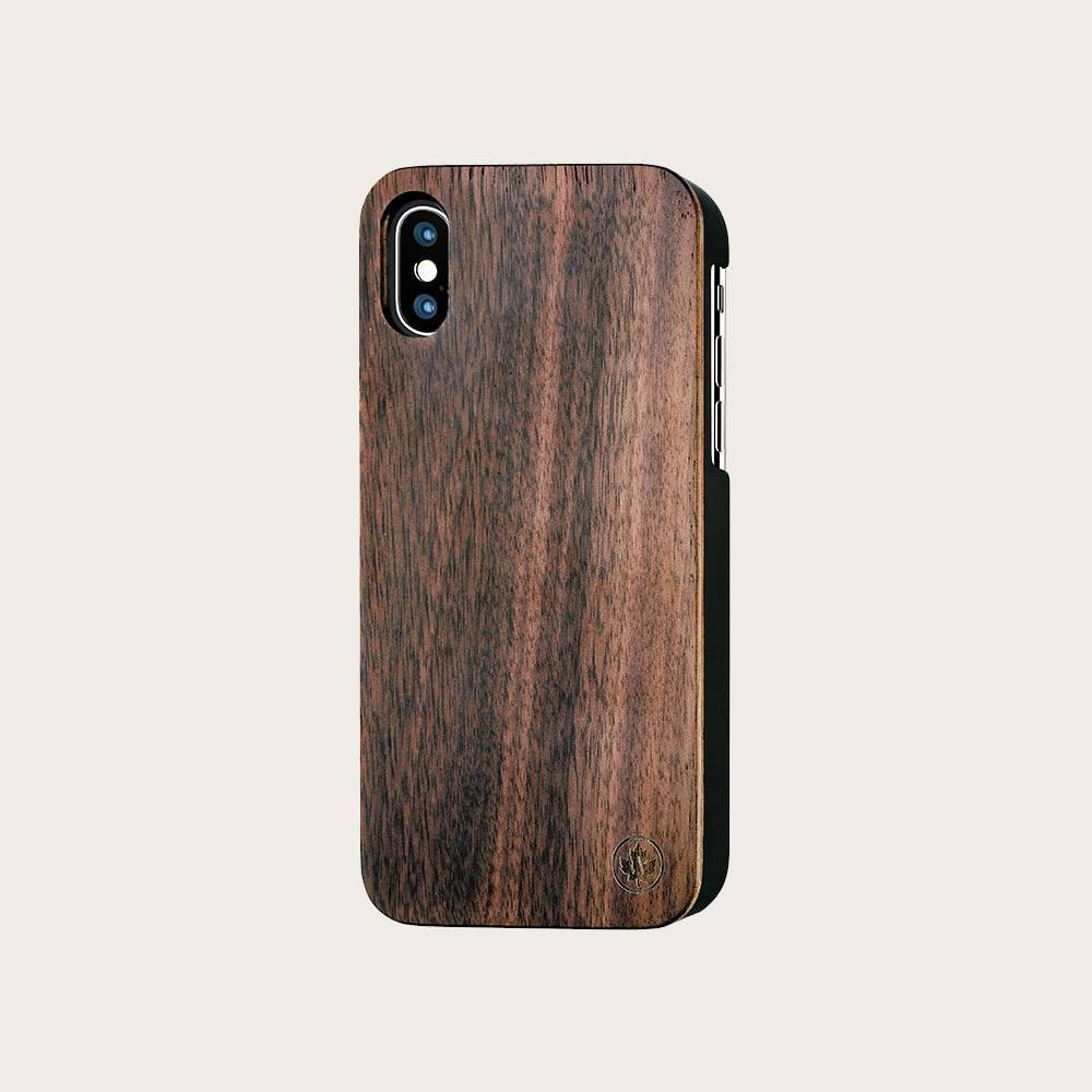 Cette coque pour iPhone est faite à la main avec du bois de Noyer d'excellente qualité provenant des États-Unis. La coque est découpée au laser, poncée à la main puis finie à l'huile ce qui lui donne une allure brute et raffinée. La coque est très fine ma