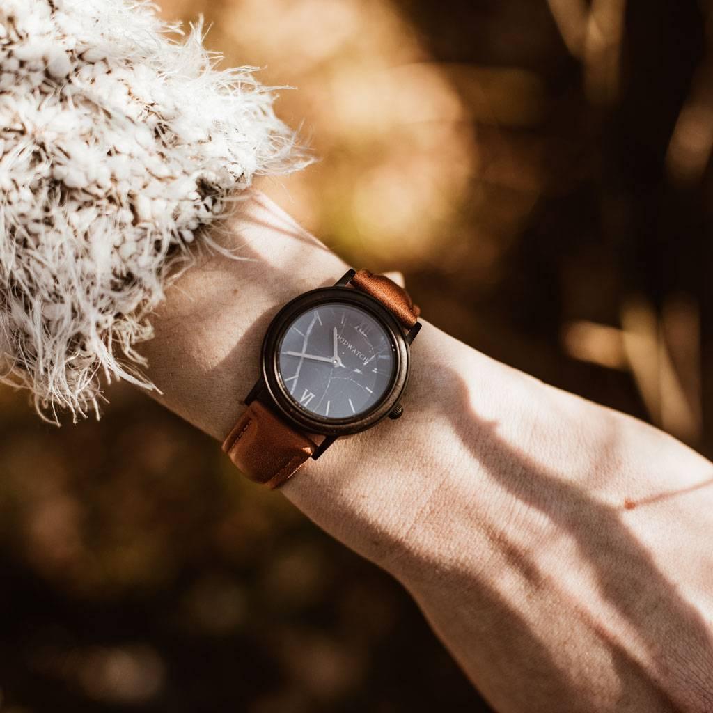 woodwatch frau hölzern uhr minimal kollektion 34 mm durchmesser black marble pecan petite  ebenholz  orange leder uhrenarmband
