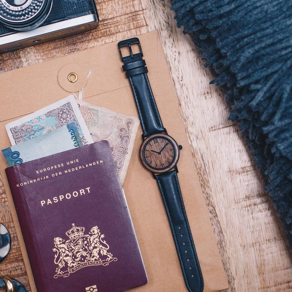 woodwatch vrouwen houten horloge minimal collectie 34 mm diameter brown walnut jet petite walnoothout zwart leer band