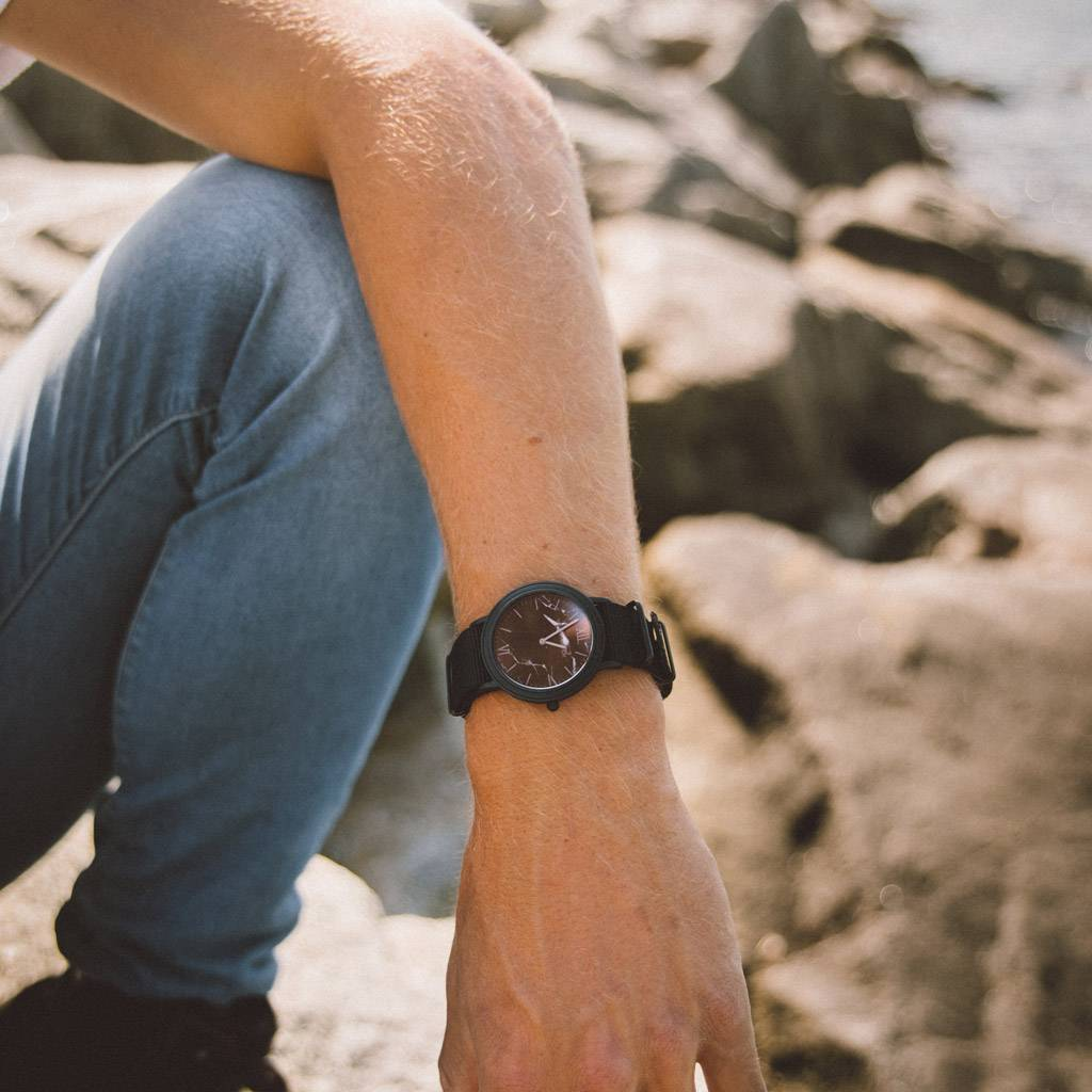 woodwatch mannen houten horloge minimal collectie 40 mm diameter black marble onyx ebbehout zwarte nylon band
