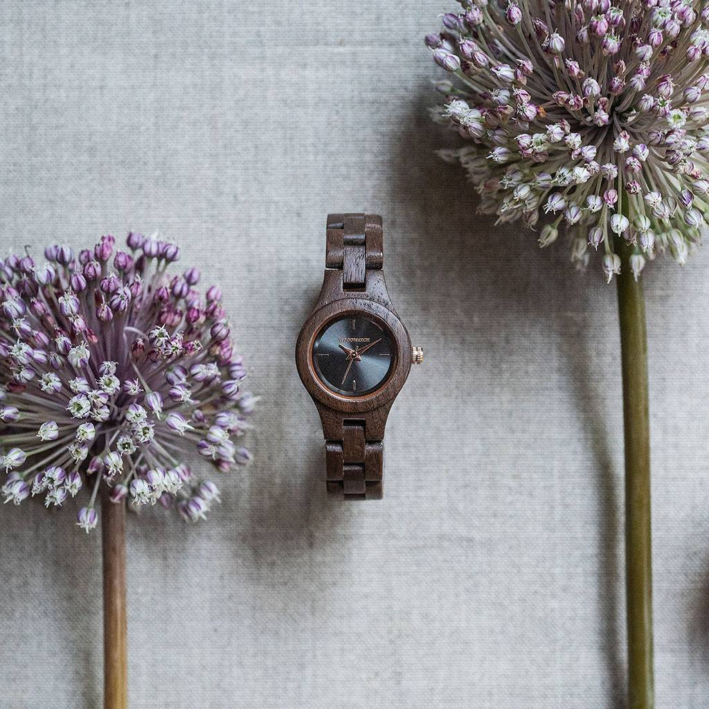 woodwatch vrouwen houten horloge flora collectie 26 mm diameter viola walnoot hout