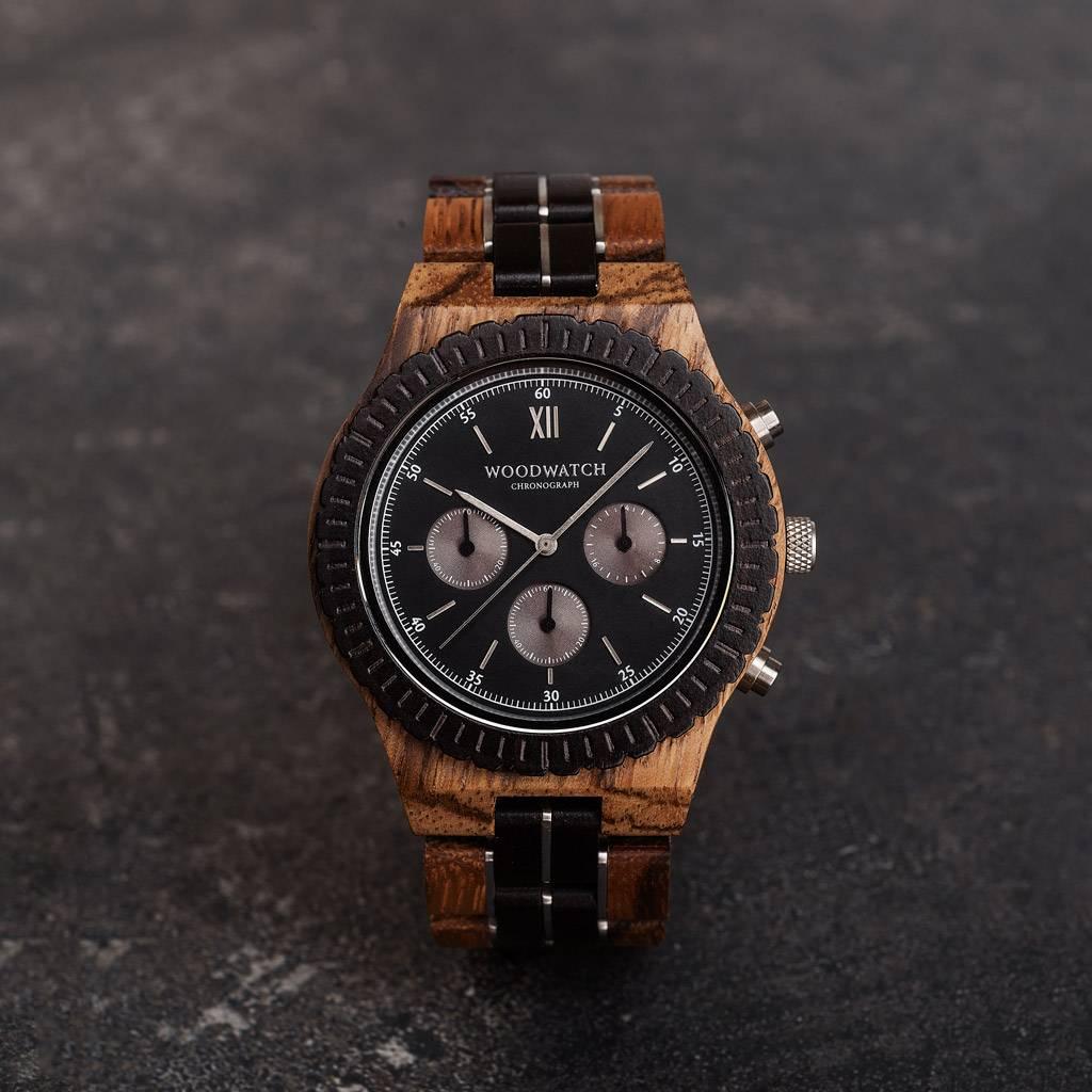 Ga op avontuur met een volledig uitgerust, handgemaakt chronograafhorloge. Dit premium ontwerp is voorzien van een hoogwaardig SEIKO VD54-uurwerk en een zwarte roestvrijstalen wijzerplaat met zilveren details. De unieke nieuwe band combineert duurzaam ebb