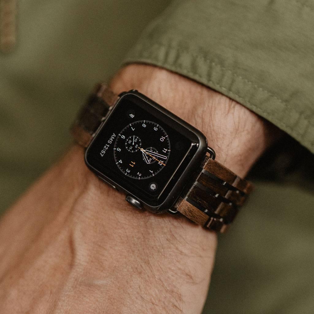 Onze Apple Watch band is gemaakt van walnoot hout uit Noord-Amerika en zwart sandelhout uit Oost-Afrika en is verweven met titanium schakels. De band heeft een roestvrijstalen vlindersluiting en een 4-schakel band design. Elke Apple Watch Band heeft een u