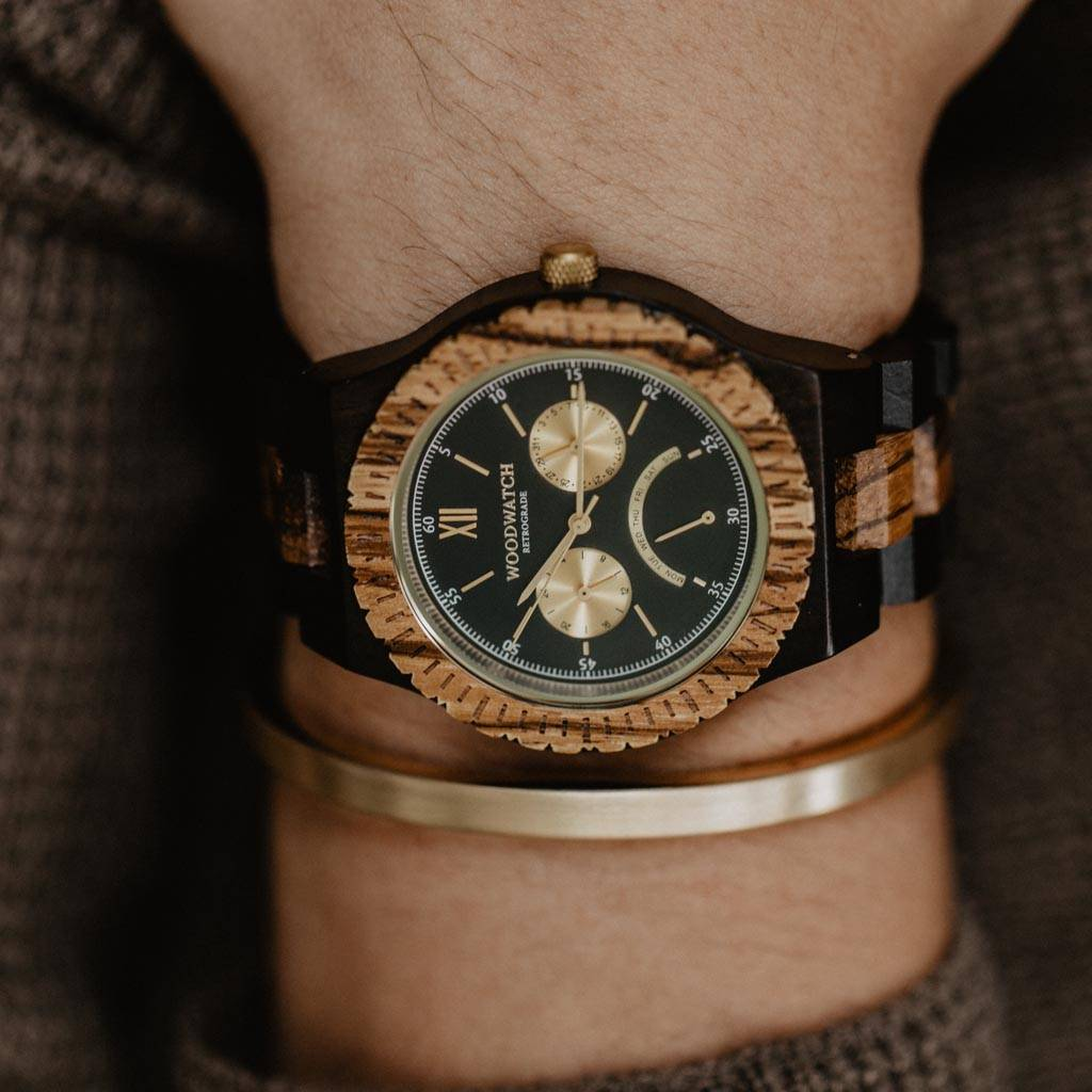 Dit premium horloge combineert unieke nieuwe houtsoorten met een luxe roestvrijstalen wijzer- en achterplaat. In het hart van het horloge zit een geheel nieuw JR20 retrograde uurwerk met een 24-uurs aanduiding, maandaanduiding en een boogvormige retrograd