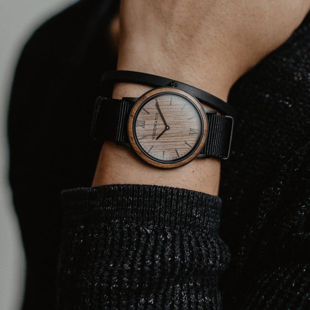 woodwatch mannen houten horloge minimal collectie 40 mm diameter brown walnut onyx walnoot zwarte nylon band