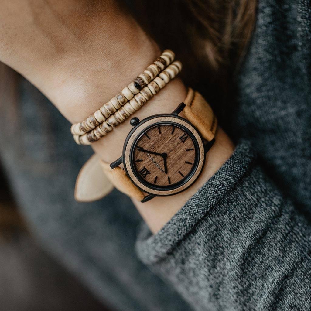 woodwatch frau  hölzern uhr minimal kollektion 34 mm durchmesser brown walnut amber petite walnussholz  schwarz leder uhrenarmband