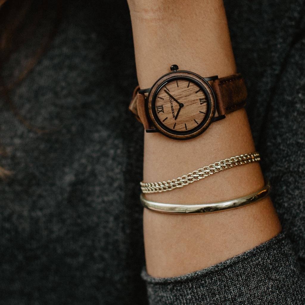 woodwatch mujer reloj de madera minimal colección 34 mm diámetro brown walnut pecan petite madera de nogal correa cuero negro