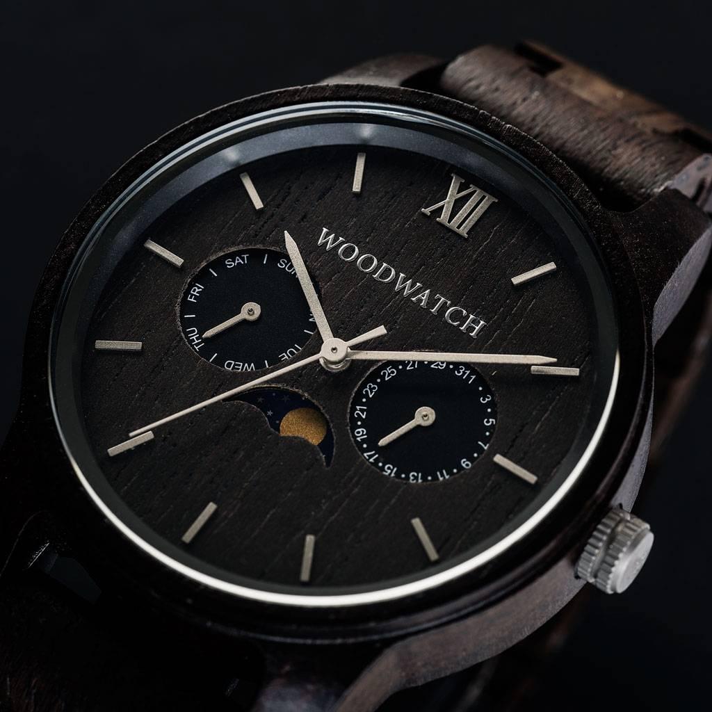 De CLASSIC Collectie vernieuwt de esthetiek van een WoodWatch op een stijlvolle manier. De dunne behuizing heeft een klassieke uitstraling en kenmerkt zich met een maankalender uurwerk en twee extra subdials met week- en maandaanduiding.De CLASSIC Raven