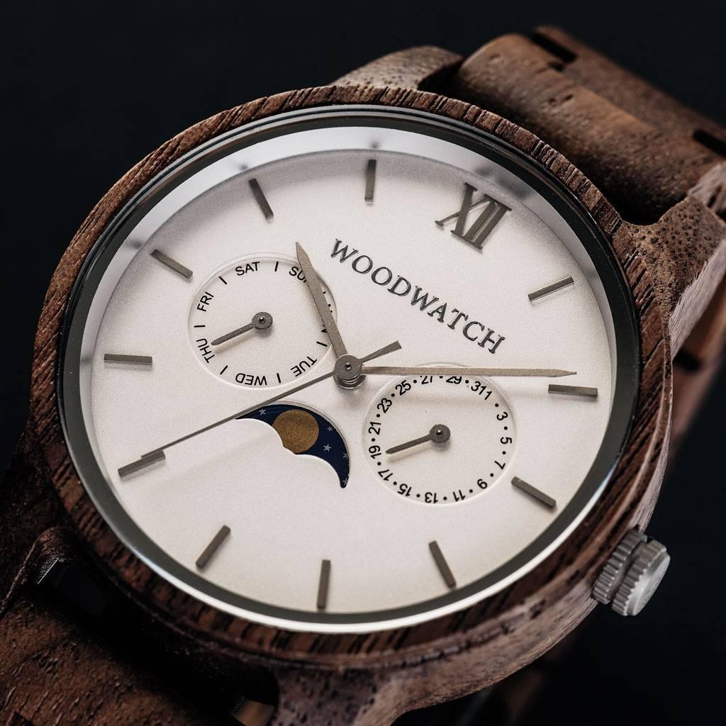 La collezione CLASSIC mette in discussione l'estetica di WoodWatch aggiungendogli un tono sofisticato. La sottile cassa dal tocco classico contiene un movimento lunare unico e due quadranti aggiuntivi che mostrano la settimana e il mese. Il CLASSIC Ghost