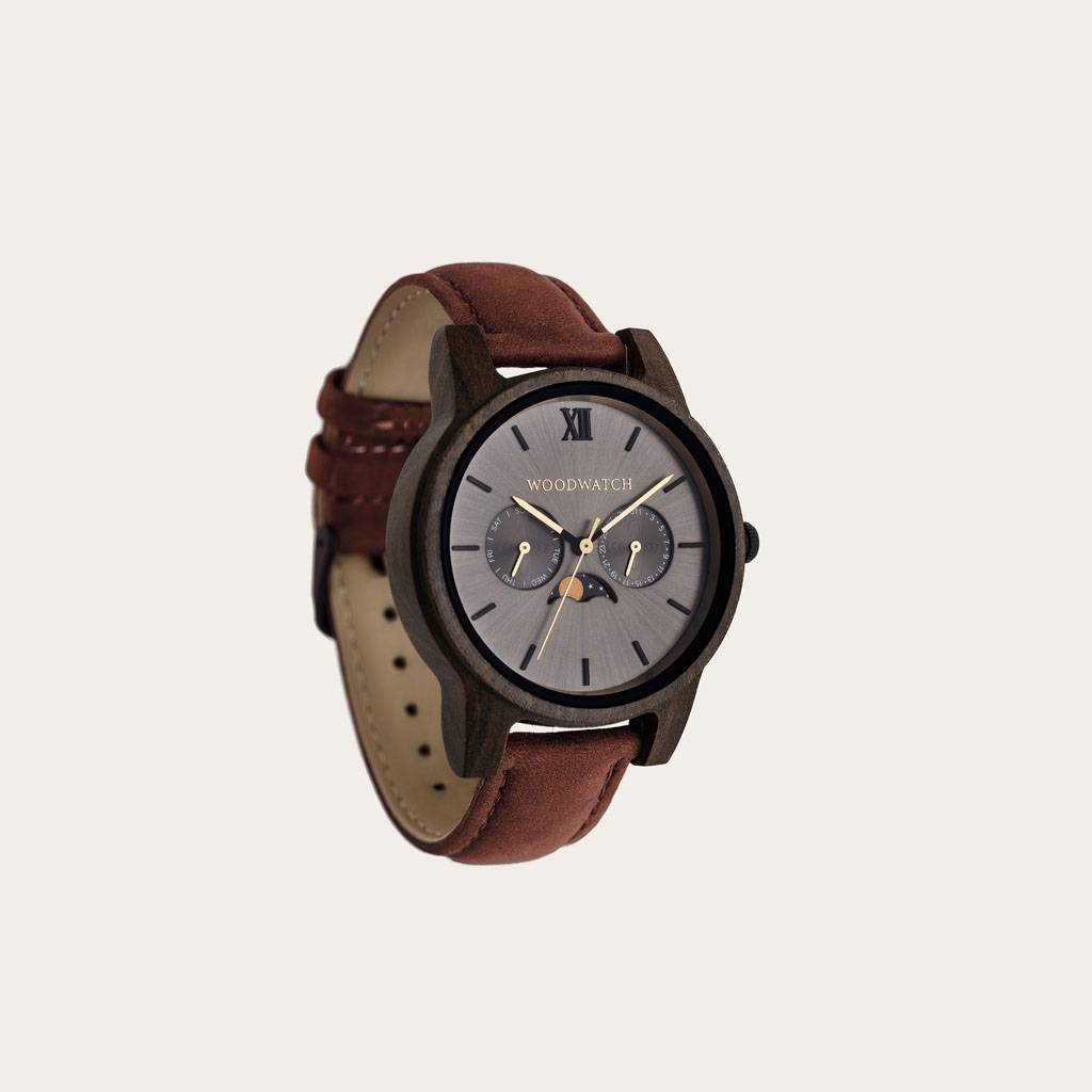 The CLASSIC Collection rethinks the aesthetic of a WoodWatch in a sophisticated way. The slim cases give a classy impression while featuring a unique a moonphase movement and two extra subdials featuring a week and month display. The CLASSIC Argo Pecan is