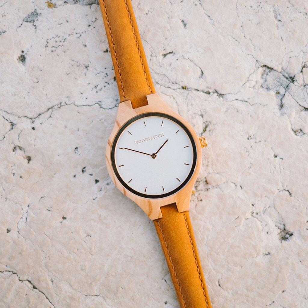 La collezione AURORA ricorda l'aria pura Scandinava e la vista straordinaria del cielo stellato. Questo orologio ultra leggero realizzato in legno d'ulivo europeo ha un quadrante in acciaio inossidabile con un tocco dorato e dettagli dorati. Il cinturino
