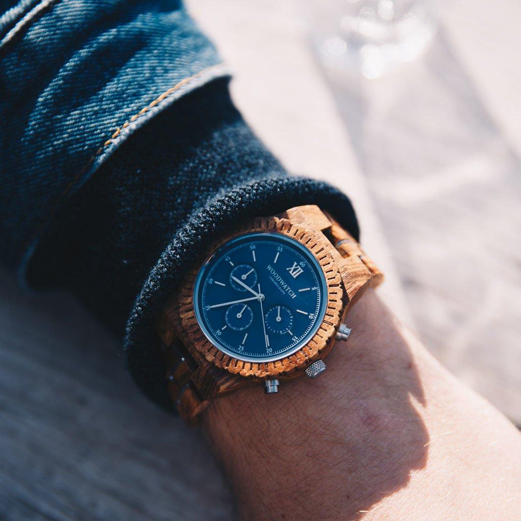 Ga op avontuur met een volledig uitgerust, handgemaakt chronograafhorloge. Dit premium ontwerp is voorzien van een hoogwaardig SEIKO VD54-uurwerk en een blauwe roestvrijstalen wijzerplaat met zilveren details. De unieke nieuwe band combineert duurzaam kos