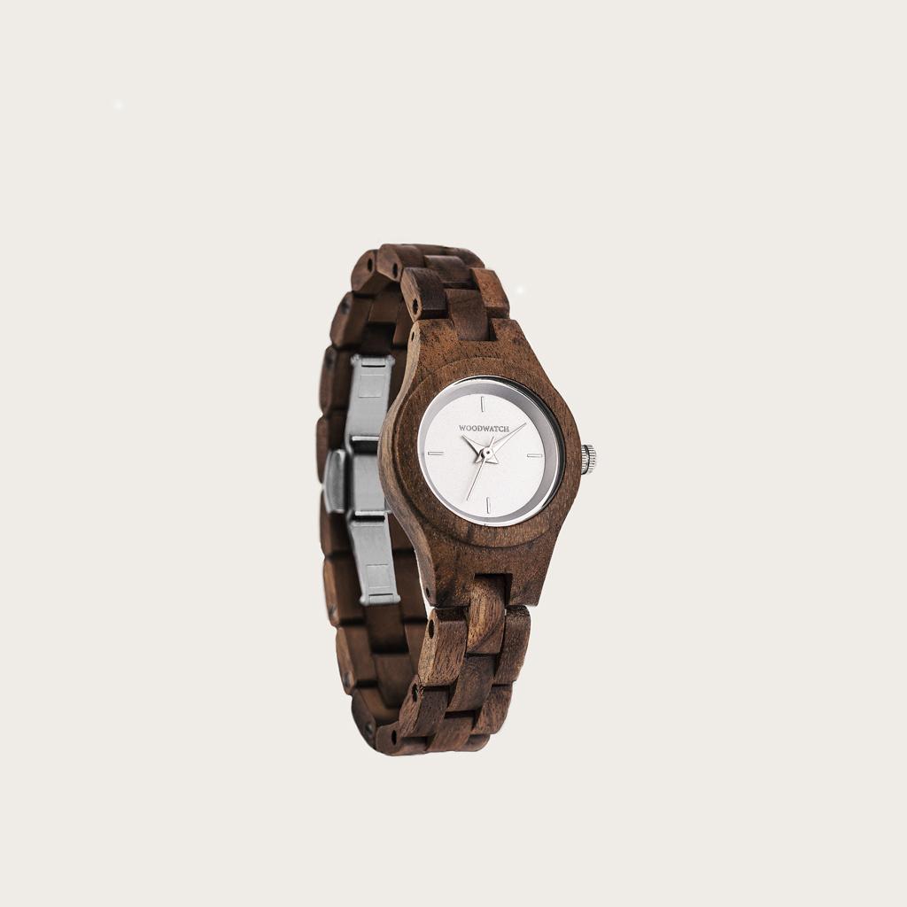 L'orologio Daisy della collezione Flora é realizzato in legno di acacia lavorato alla massima sottigliezza. Il quadrante Blossom è realizzato in acciaio inossidabile con una bianco colorato dal tocco brillante e dettagli in color argento.
