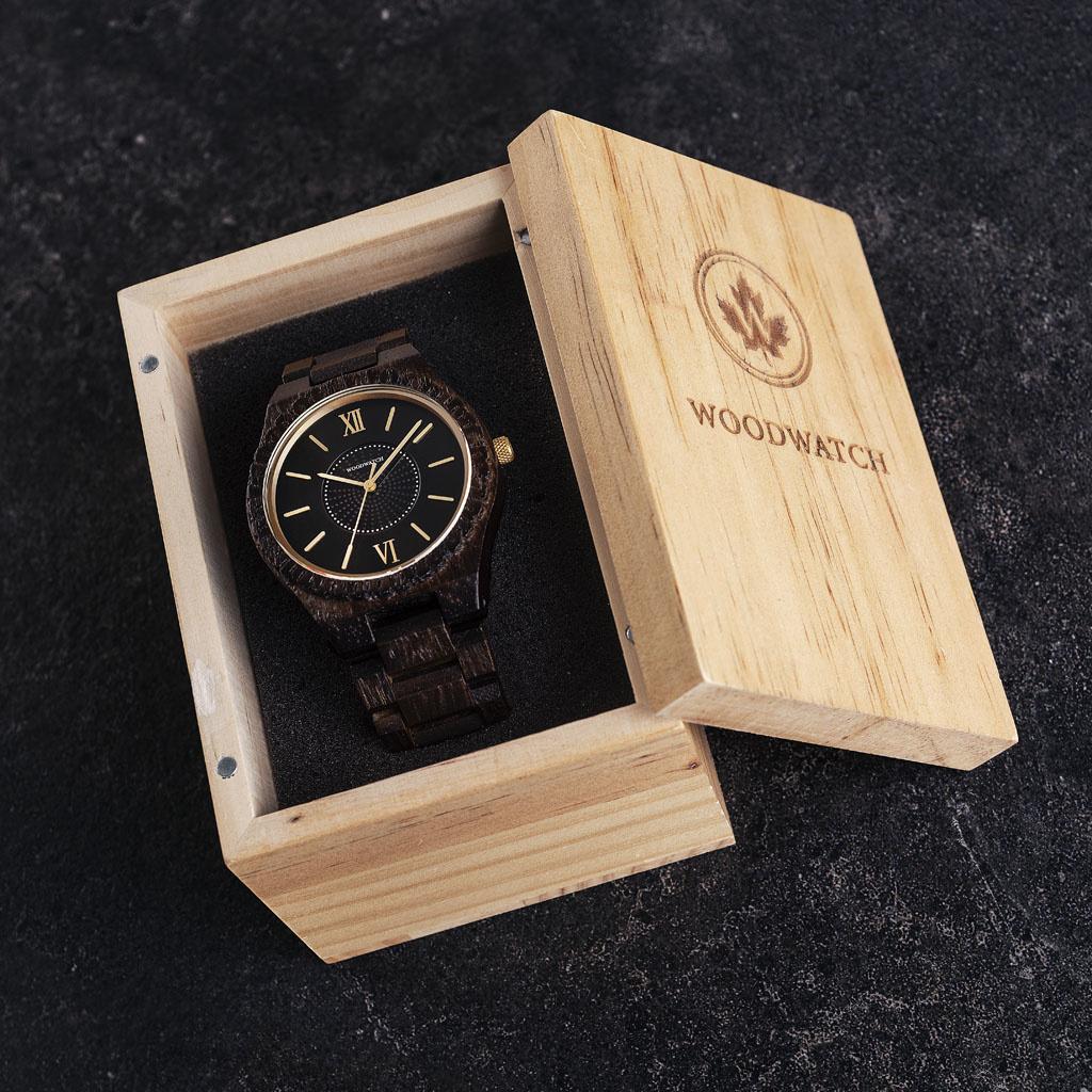 Het ultieme duurzame horloge. Onze SOLAR-horloges bevatten een zonnecel om elk type licht om te zetten in elektriciteit. Dat betekent dat je nooit meer een batterij hoeft te vervangen of na hoeft te denken over het opladen van je horloge. De GRAND SOLAR N