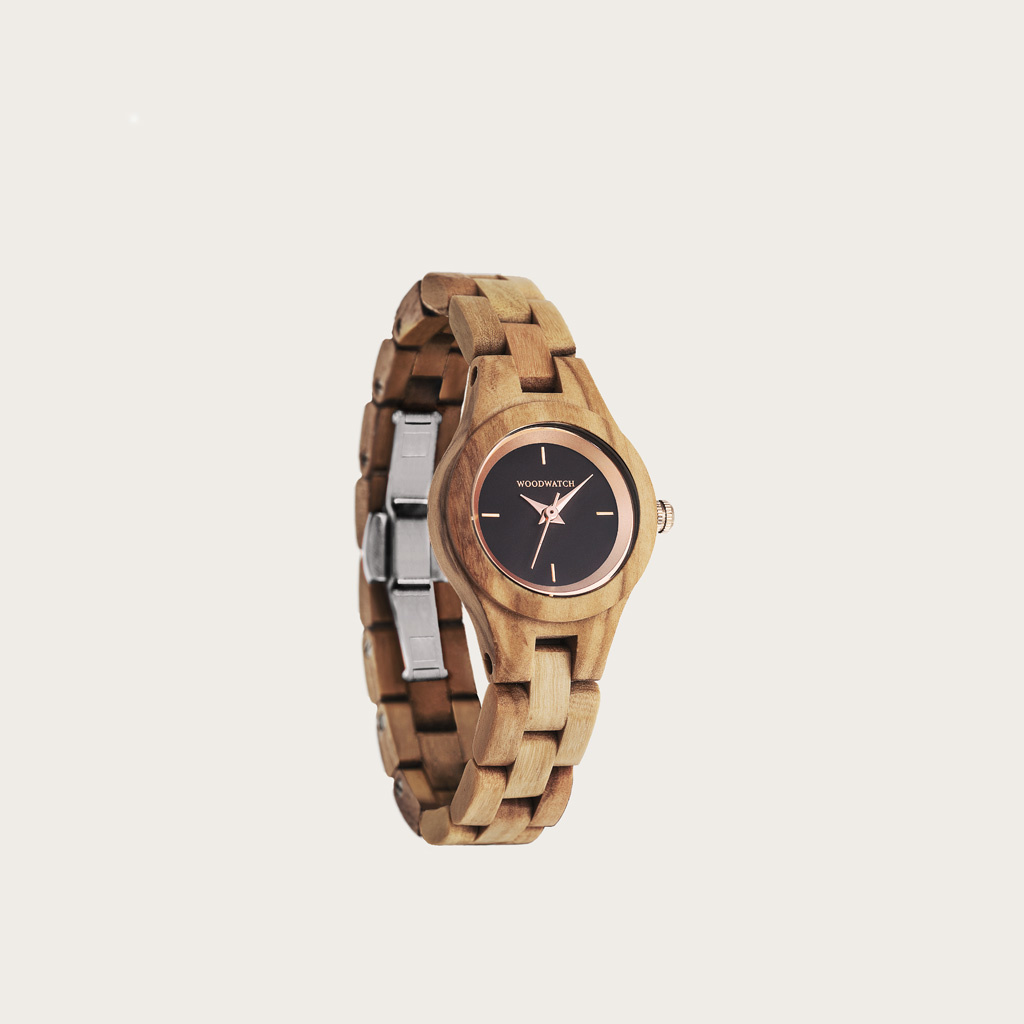 The Lily watch from the FLORA Collection consists of olive wood that has been hand-crafted to its finest slenderness. The Daisy dial is made of a black coloured stainless-steel that has a shiny touch and rosegold coloured details.