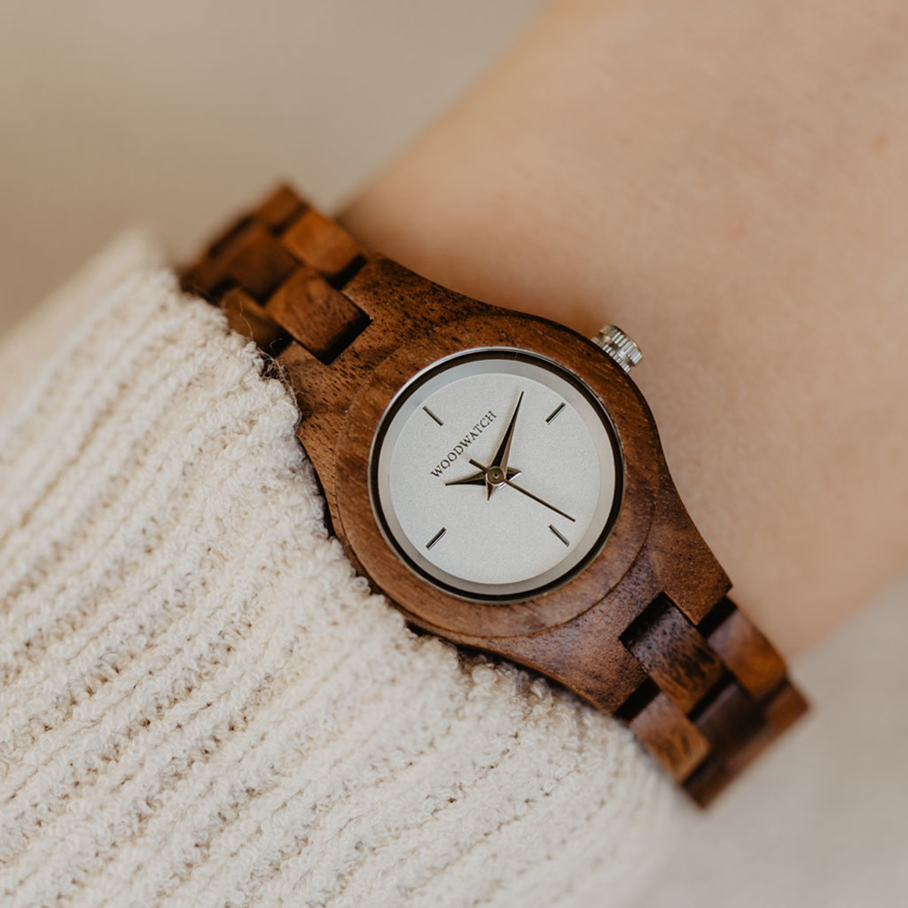 The Daisy watch from the FLORA Collection consists of acacia wood that has been hand-crafted to its finest slenderness. The Daisy dial is made of a white coloured stainless-steel that has a shiny touch and silver coloured details.
