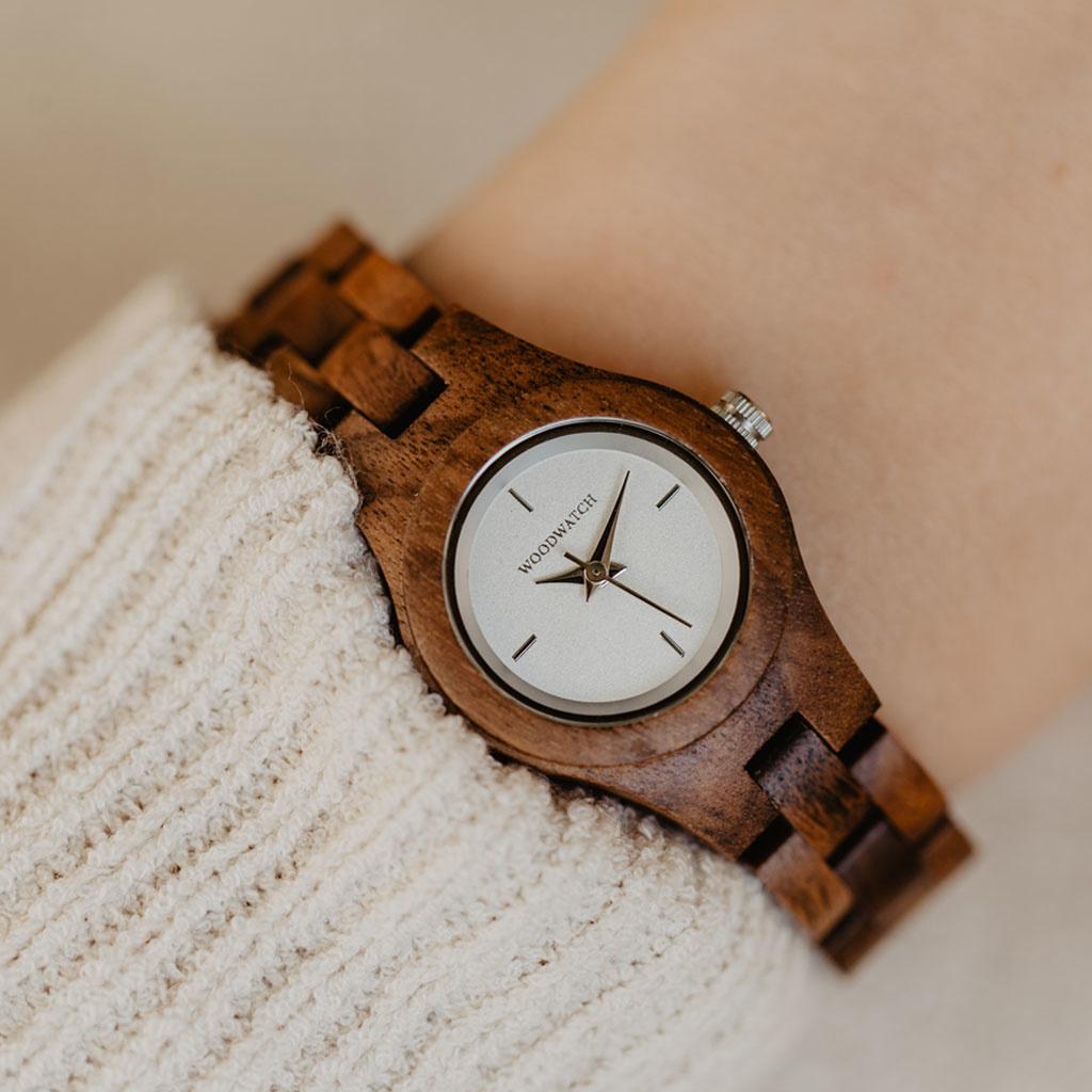 Die Daisy Uhr aus der FLORA Kollektion besteht aus Akazienholz, das von Hand zu feinster Zart und Schmalheit verarbeitet wurde. Das Daisy Zifferblatt ist aus Weißer Edelstahl mit glänzendem Griff und silberfarbenen Details.