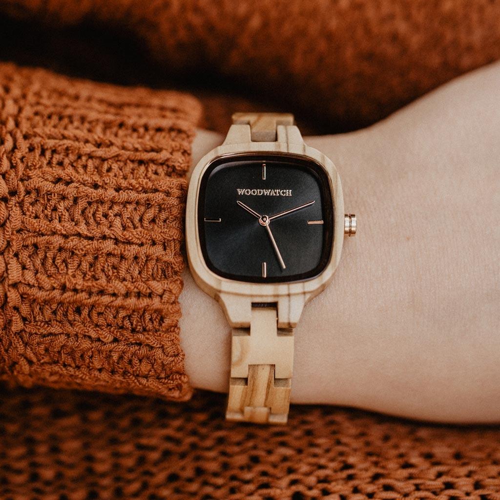 Een blijvend mode-icoon. De CITY Icon heeft een vierkante kast met een zwarte wijzerplaat en rosé gouden details. De horlogeband bestaat uit zacht olijfhout dat tot in de perfectie met de hand is afgewerkt.