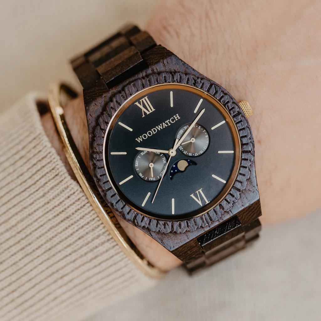 Diese Premium-Uhr kombiniert natürliches Holz mit einem luxuriösen Edelstahl-Zifferblatt und Rückplatte. Das Herzstück der Uhr ist ein Multifunktionswerk mit zwei Hilfszifferblättern mit Wochen- und Monatsanzeige und einer faszinierenden Mondphase.Die GR