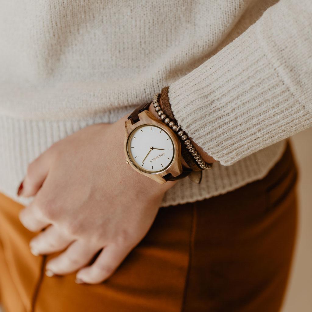 La collezione AURORA ricorda l'aria pura Scandinava e la vista straordinaria del cielo stellato. Questo orologio ultra leggero realizzato in legno d'ulivo europeo ha un quadrante in acciaio inossidabile con un tocco dorato e dettagli dorati.Il cinturino