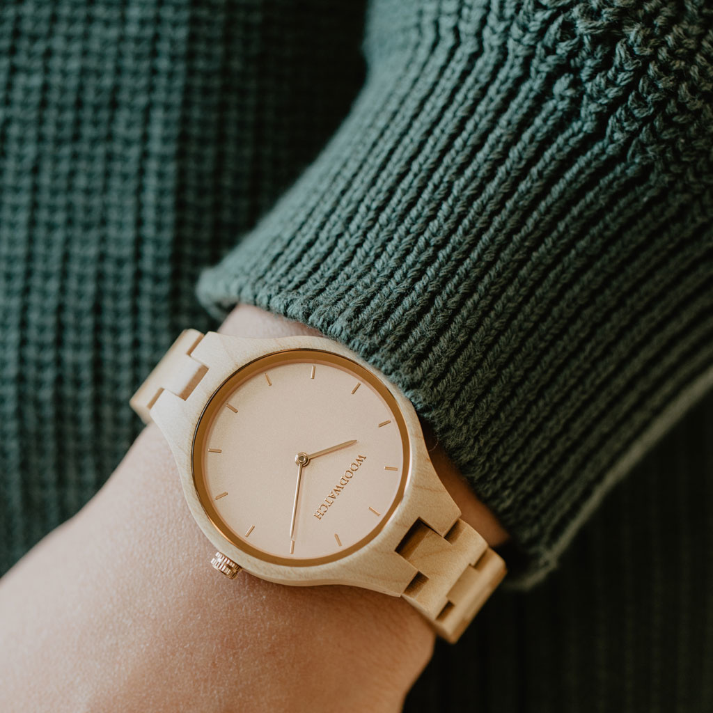 Die AURORA Kollektion atmet die frische Luft der skandinavischen Natur und die erstaunliche Aussicht auf den Horizont. Diese leichte Uhr ist aus Kanadisches Ahornholz, begleitet von einem leichten Edelstahl-Zifferblatt mit Roségolddetails. Die Uhr ist mit