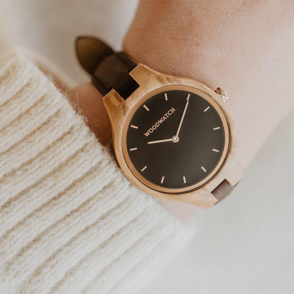 La collezione AURORA ricorda l'aria pura Scandinava e la vista straordinaria del cielo stellato. Questo orologio ultra leggero realizzato in legno d'ulivo europeo ha un quadrante in acciaio inossidabile nero e dettagli brillanti oro rosa. Il cinturino Hic