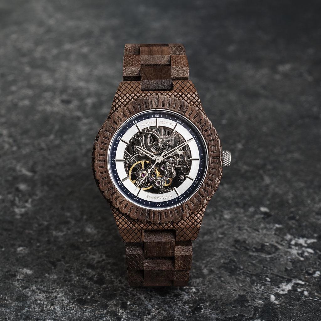 """Onze Limited Edition AUTOMATIC MarineExplorerbeschikt over een automatisch zelfopwindend uurwerk met 21 robijnen en een 36 uur gangreserve. De """"open hart"""" (doorzichtige)wijzerplaat heeft een saffier gecoate glaslaag en een achterplaat die per horloge u"""