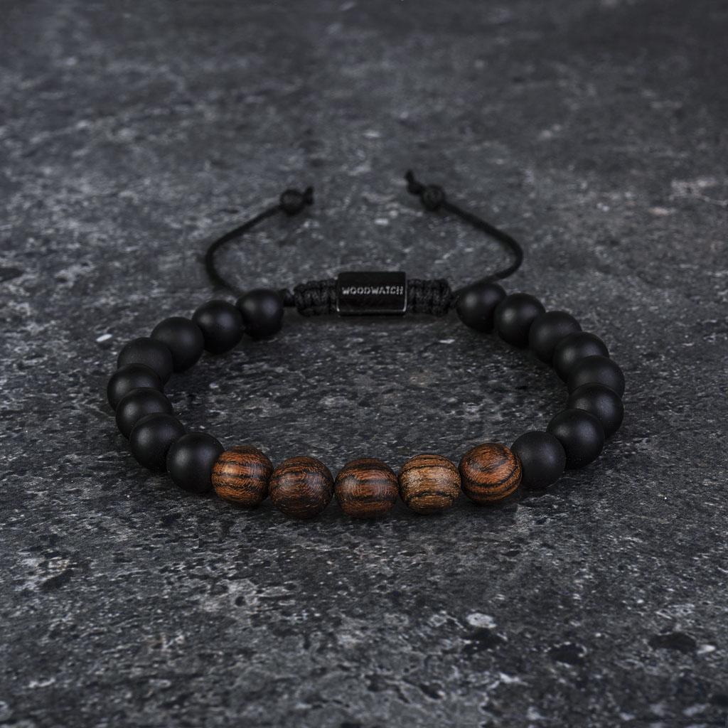 Notre Rosewood Agate Beads Bracelet fait main est composé d'une combinaison de perles en bois de rose et en agate de 8 mm. Ce bracelet est réglable et convient à la plupart des tailles de poignet. Le parfait accessoire pour accompagner une WoodWatch.