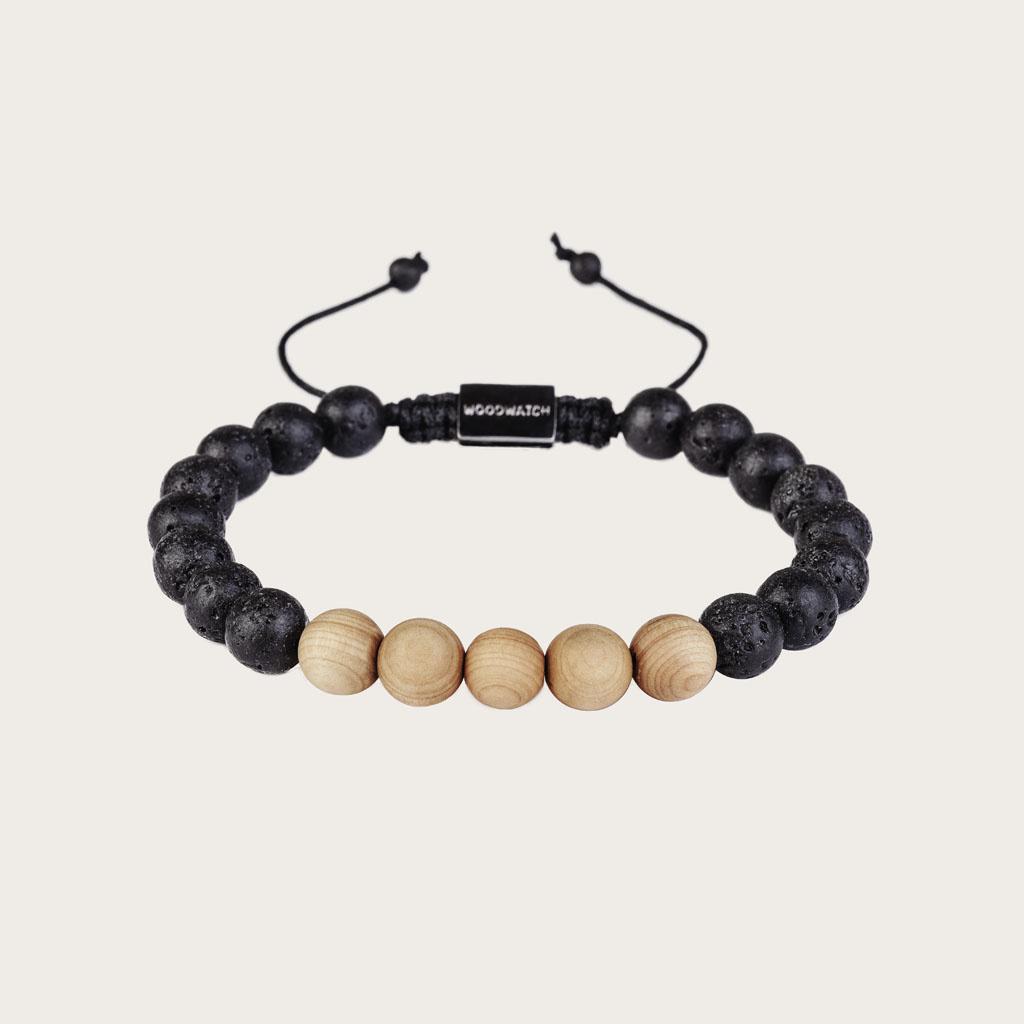 Notre Pinewood Volcanic Beads Bracelet fait main est composé d'une combinaison de perles en bois de pin et en Volcanique de 8 mm. Ce bracelet est réglable et convient à la plupart des tailles de poignet. Le parfait accessoire pour accompagner une WoodWatc