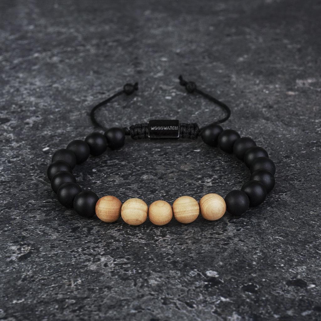 Notre Pinewood Agate Beads Bracelet fait main est composé d'une combinaison de perles en bois de pin et en agate de 8 mm. Ce bracelet est réglable et convient à la plupart des tailles de poignet. Le parfait accessoire pour accompagner une WoodWatch.