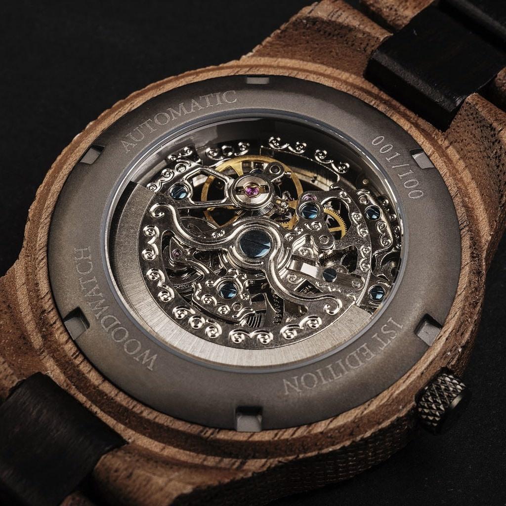"""Onze Limited Edition AUTOMATIC UrbanNavigatorbeschikt over een automatisch zelfopwindend uurwerk met 21 robijnen en een 36 uur gangreserve. De """"open hart"""" (doorzichtige)wijzerplaat heeft een saffier gecoate glaslaag en een achterplaat die per horloge u"""