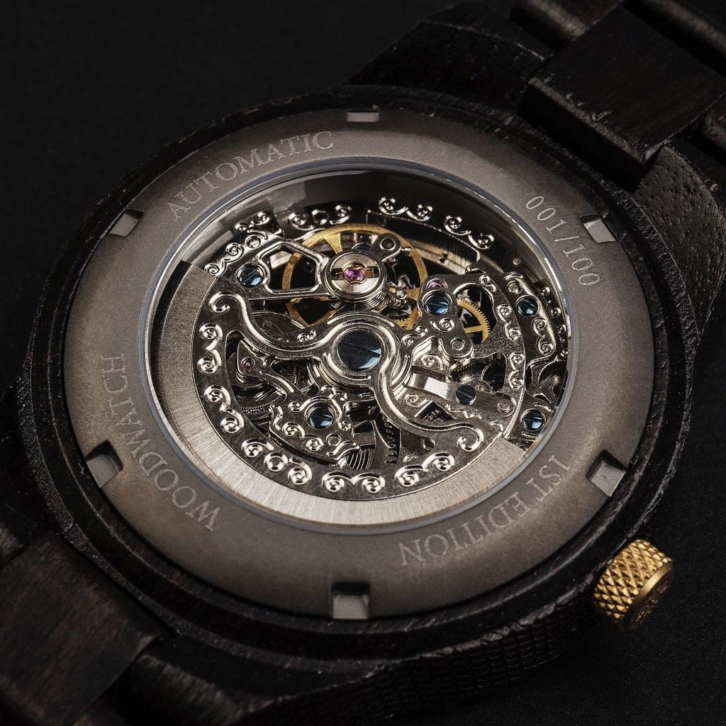 """Onze Limited Edition AUTOMATIC Extreme Voyagerbeschikt over een automatisch zelfopwindend uurwerk met 21 robijnen en een 36 uur gangreserve. De """"open hart"""" (doorzichtige)wijzerplaat heeft een saffier gecoate glaslaag en een achterplaat die per horloge u"""