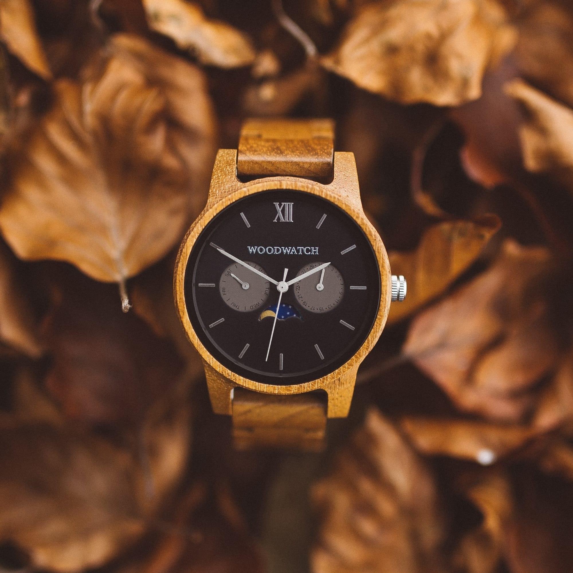De CLASSIC Collectie vernieuwt de esthetiek van een WoodWatch op een stijlvolle manier. De dunne behuizing heeft een klassieke uitstraling en kenmerkt zich met een maankalender uurwerk en twee extra subdials met week- en maandaanduiding.De CLASSIC Maveri