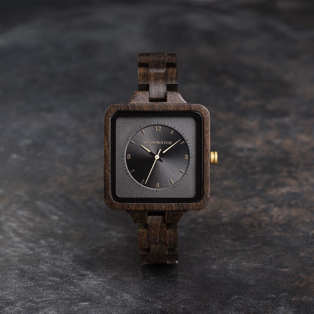 La Dark Origin de la SQUARE Collection se caractérise par un boîtier carré exclusif de 36 mm combiné avec un double cadran gris espace double couche. Cette montre au design unique se compose des éléments naturels suivants santal noir d'Afrique de l'Est av
