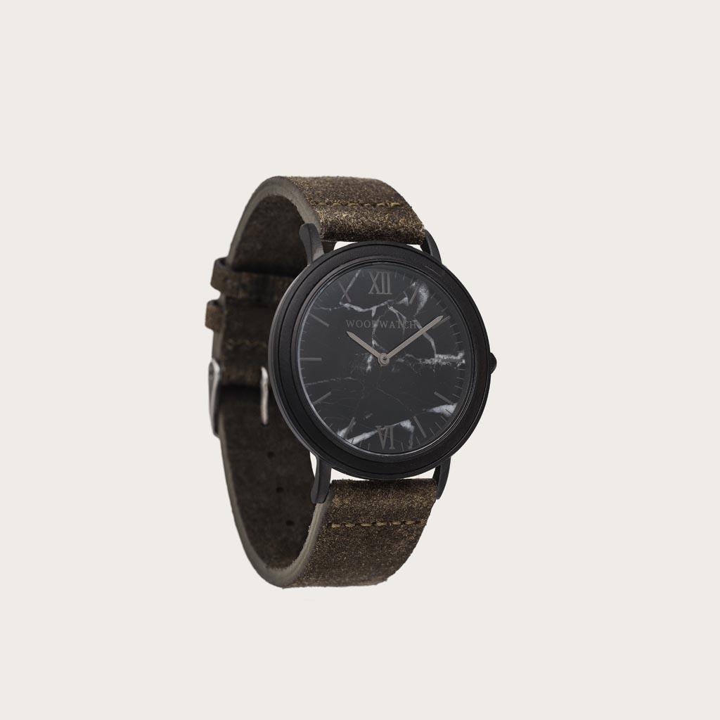 Una combinación de materiales únicos con un diseño mínimo para crear un look atemporal. Este reloj moderno va muy bien con tu look casual o con tu look más elegante. Una funda ultra delgada hecha de un fino acero inoxidable con un acabado en negro mate. U