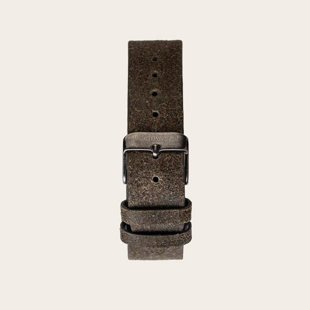 The Khaki Band is made of genuine leather and a metal buckle clasp and is naturally dyed with a beige hue. The Khaki Band 18mm fits the 40mm MINIMAL Collection and CHRONUS Collection.