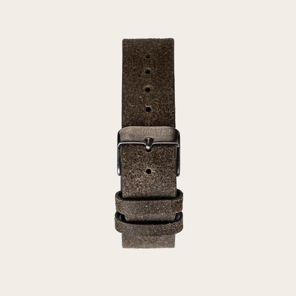 La Correa Khaki está hecha de auténtico cuero y de una hebilla de metal y está naturalmente matizada en un tono beige. LaCorrea Khaki 18mm se adapta a la colección MINIMAL y CHRONUS.