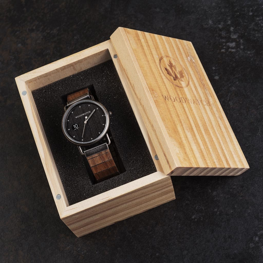 Our MINIMAL Retro models feature an all new design existing of 3 new elements. First, a clean new minimal casing. Second, a new two-pointer movement with numeric time window. Finally, an all new flexible wooden strap which fits any wrist. The Retro ROCK i