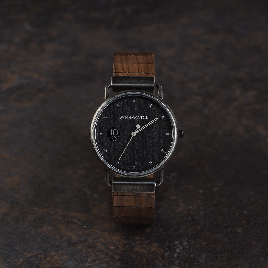 Nuestros modelos MINIMAL Retro cuentan con un nuevo diseño que consta de 3 nuevos elementos. En primer lugar, una nueva caja de diseño minimalista y limpio. En segundo lugar, un nuevo movimiento de las dos agujas con una ventana numérica de tiempo. Por úl