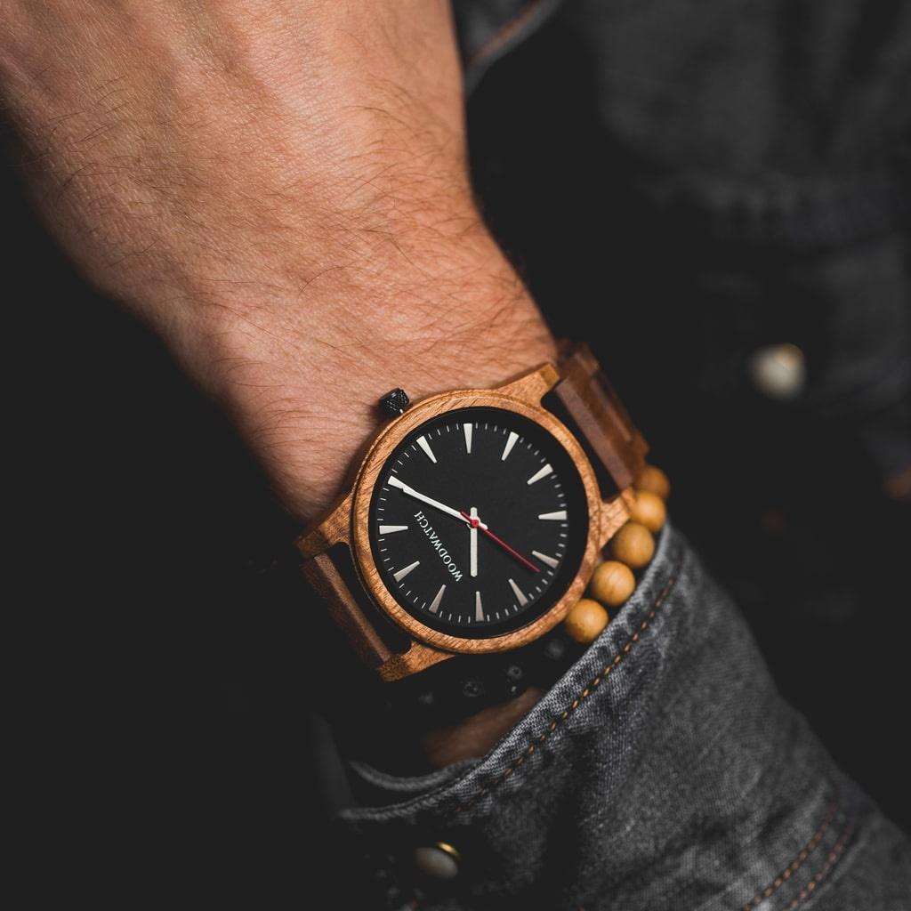 De Aero Acacia beschikt over een gemoderniseerde minimale grijze wijzerplaat met gewaagde details in een behuizing van 45mm. Dit onmisbare horloge combineert natuurlijk hout met roestvrij staal en glas voorzien van saffiercoating. De Aero Acacia is met de
