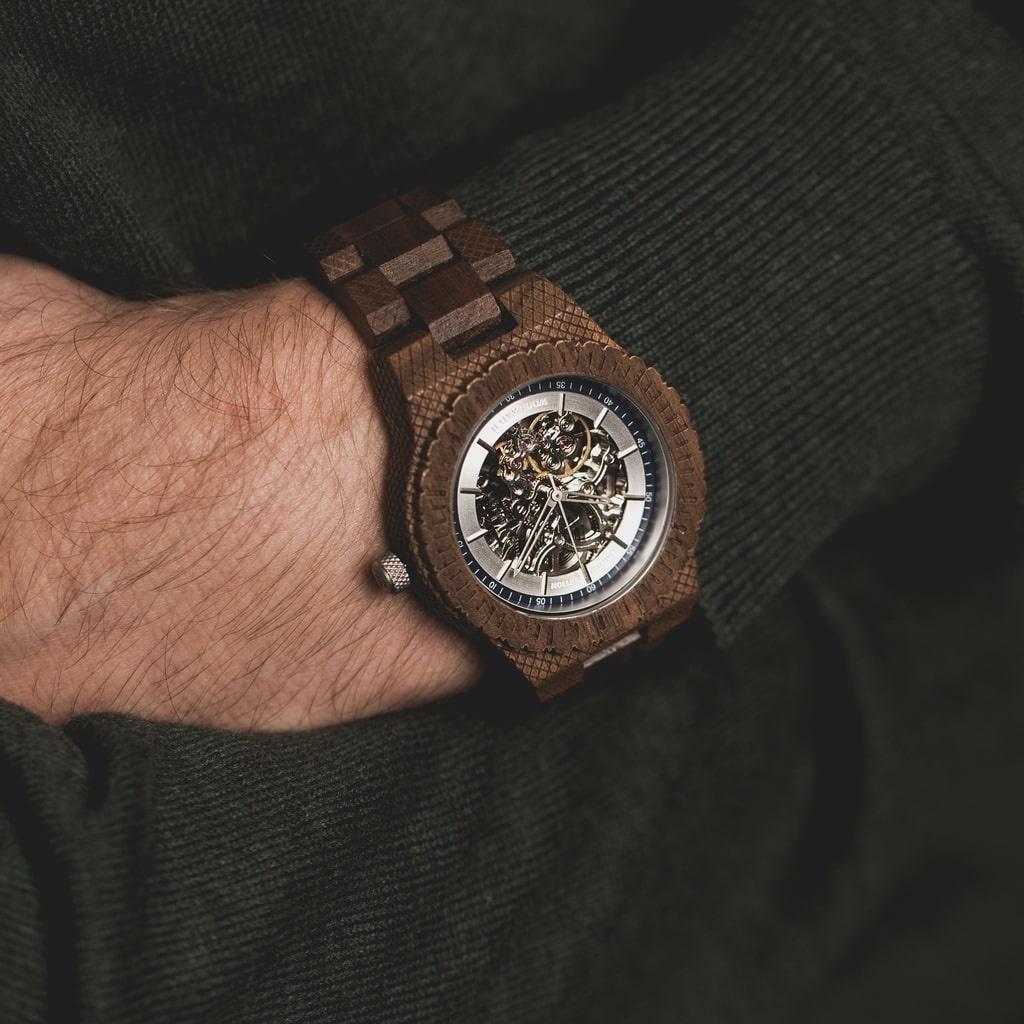 Nur 100 Uhren wurden in dieser limitierten Serie hergestellt und jede einzelne ist mit einer fortlaufenden Seriennummer gekennzeichnet. Durch das saphirbeschichtete Glas und ein durchsichtiges Fenster im Ziffernblatt werden tiefe Einblicke in das Innenleb