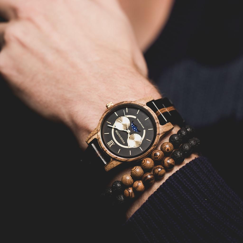 Ahora disponible de forma limitada - nuestra CLASSIC Special Edition. Hecho a mano de una combinación única de madera de ébano Ebonywood de África Oriental y zebrano de África Occidental, con detalles dorados. Solo 100 piezas están disponibles. Cada reloj