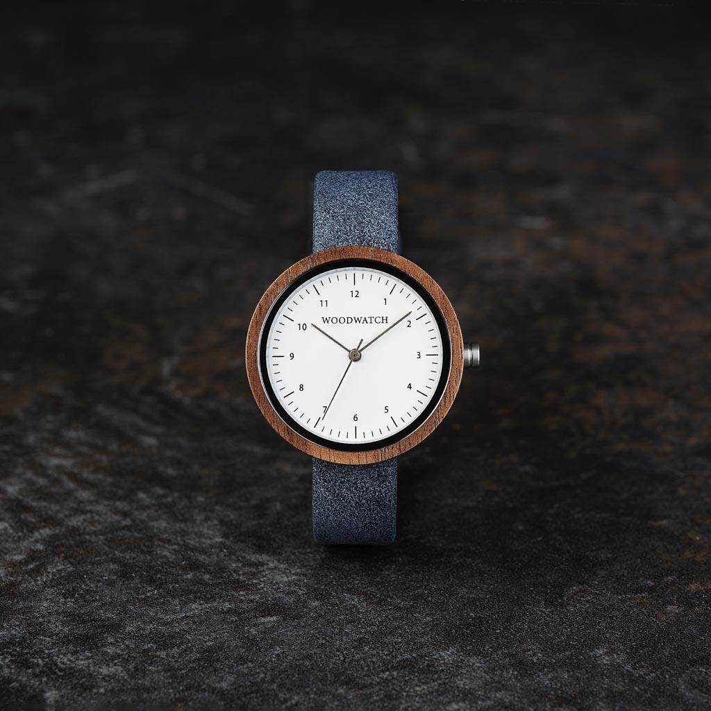 Geïnspireerd op modern Scandinavisch minimalisme. De NORDIC Stockholm is voorzien van een walnoothouten kast met een diameter van 36mm, verrijkt met witte wijzerplaat accenten. Handgemaakt van hout afkomstig uit duurzame kap, gecombineerd met een ultrazac